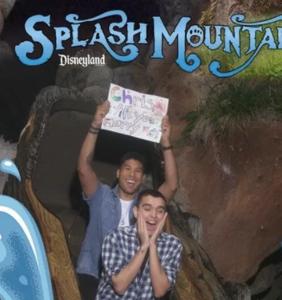 Man proposes to his boyfriend in adorable Splash Mountain photobomb