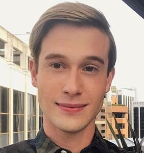 'Hollywood Medium' Tyler Henry says dead people talk to him in the shower