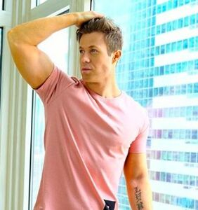 Everyone's gagging over this photo of Ashley Parker Angel in leggings… Perhaps you can see why?