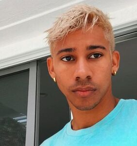 "Keiynan Lonsdale offers pointer on letting ""the balls breathe"" during these hot summer months"