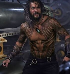Shirtless Jason Momoa helps business-savvy Girl Scout sell cookies