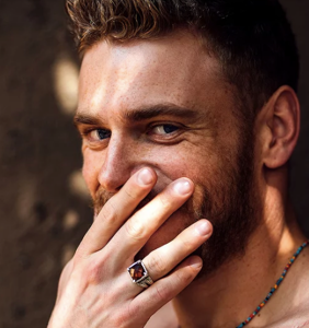 Newly single Gus Kenworthy posts sweaty selfie with another dude