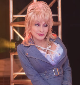 """Dolly Parton to those who oppose Black Lives Matter: """"Don't be a dumba**!"""""""
