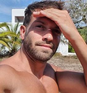 Everyone's salivating over Pablo Alborán's armpits