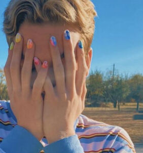 Thousands support Texas gay teen suspended from school for wearing nail polish