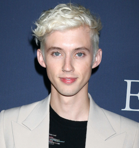 """WATCH: Um, what's that Troye Sivan said about being a """"raw dog bottom b*tch""""?!"""